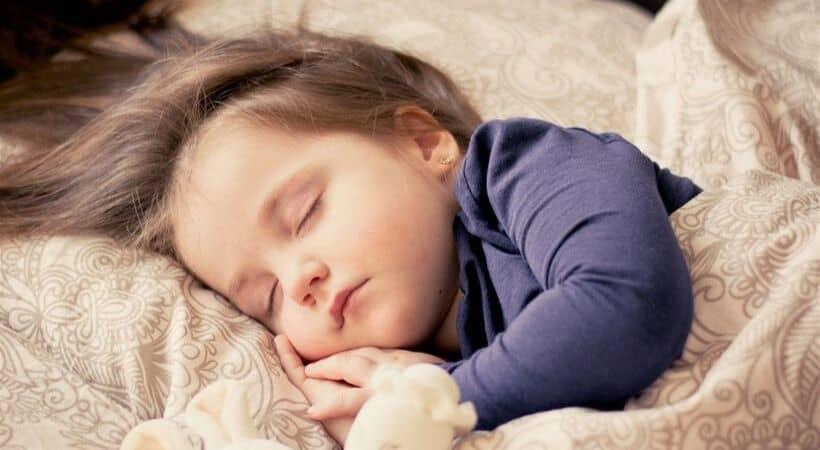 Hvornår bør dit barn skifte fra tremmeseng til juniorseng